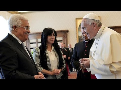 Papa Francesco abbraccia il presidente palestinese Abbas.