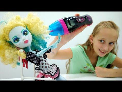 Видео для девочек #МонстерХай: Лагуна Блю прокалывает УШИ! 🙉 Игры Монстер Хай