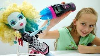 Видео для девочек #МонстерХай: Лагуна Блю прокалывает УШИ!