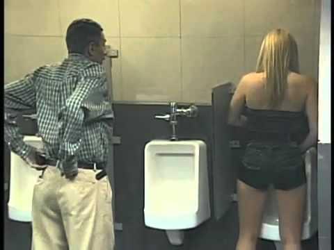 Broma en el baño de hombres.