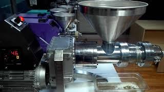 GM-1500 model soguk pres yag makinamizda aspir ( safflower oil ) yağı çekiyoruz