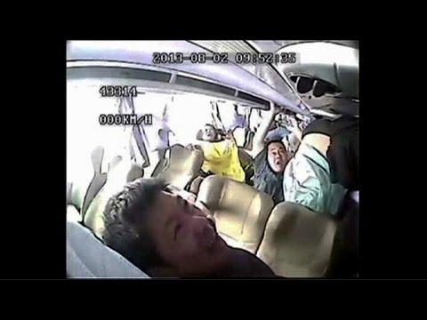 【動画】バスが横転!!その時シートベルトしてない乗客たちはこうなる…