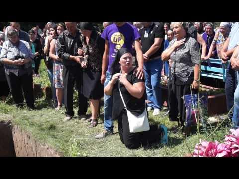 Мама на колінах просить усіх допомогти знайти вбивць її дитини