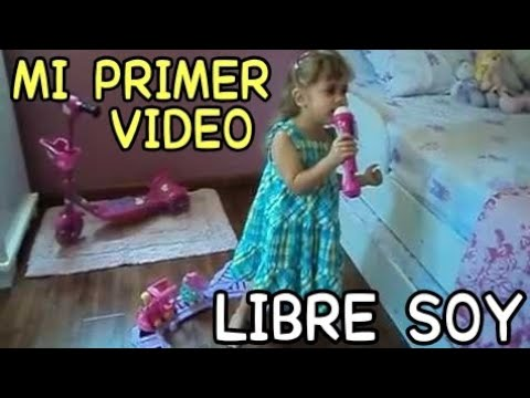Niña de 3 años cantando Libre soy. Let It Go from Disneys FROZEN