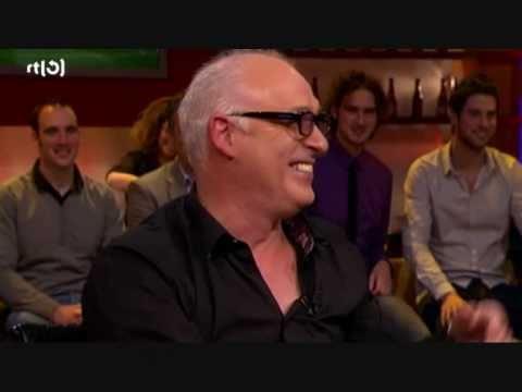 Rene van der Gijp ziet lekker wijf in mascottepak
