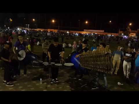 Aksi pengamen calung alun - alun Purwokerto