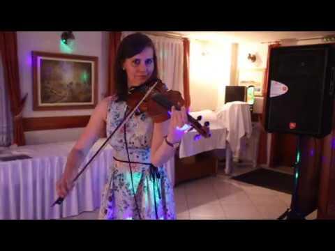 A füredi Anna-bálon - hegedűs kísérettel