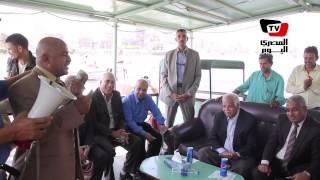 مواطن أثناء جولة المحافظ بالاوتوبيس النهرى : اللى يسقف للباشا ياخد مكافأة