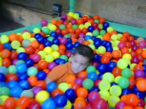 Psicina de pelotas y ni os youtube for Bolas para piscina de bolas