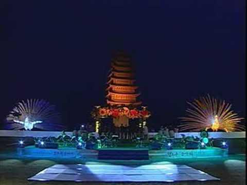 2002年ソウル市庁前 黄龍寺9階石塔 (式典オープニング)