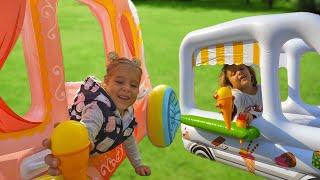 Милана и Ника играют с новыми надувными игрушками. Дети играют в магазин Мороженого.