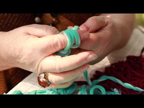 Как связать квадратный или прямоугольный коврик из тряпок без крючка и спиц