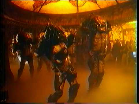 Un grupo de Depredadores bailando una coreografía