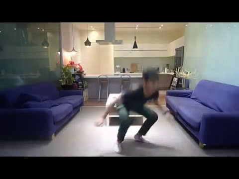 El chino que se pone los pantalones sin utilizar las manos.