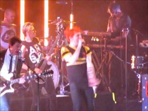 Gerard Way Dance Gerard Way Dances on Stage