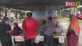 Sebahagian daripada pengundi di SK Stunggang Melayu sempena Pilihan Raya Kecil Dun N0 3 Tanjong Datu