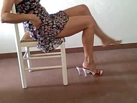 zoccoli rossi, tacchi a spillo e piedi nudi e gambe accavallate