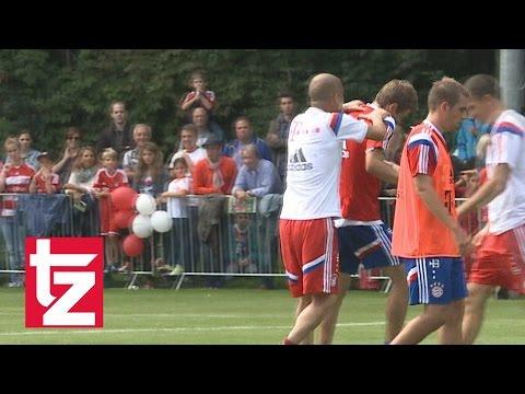 FC Bayern: Pep Guardiola würgt Thomas Müller – alles nur Spaß!