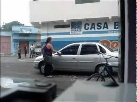 Esposa descobre a traição do marido e destroi o carro.