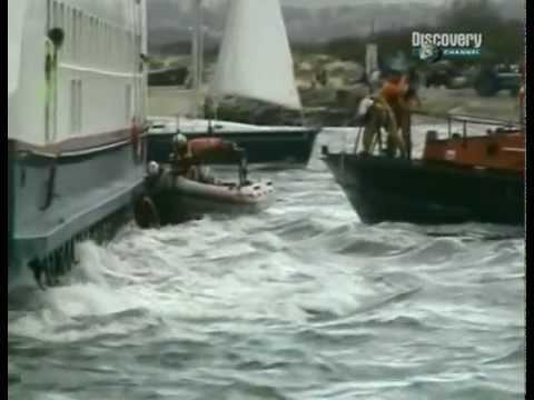 Людей затянуло под корабль