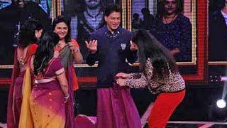 ප්රේක්ෂිකාවන්ගේ ඉල්ලීම ඉටුකිරීමට ෂාරුක් කාන් සාරියක් අඳී  Must Watch: Shah Rukh Khan Wears A Saree