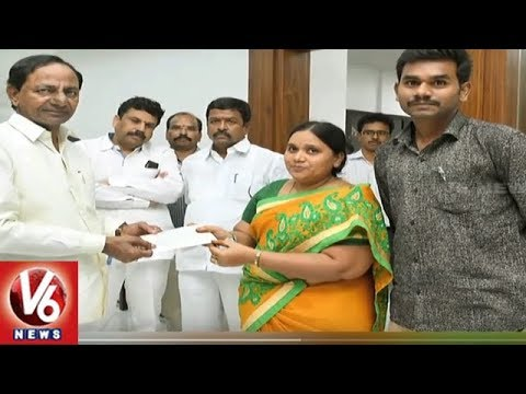 CM KCR Gives Rs. 5 Lakh Cheque To The Telangana Martyr Constable Kistaiah Wife | V6 News