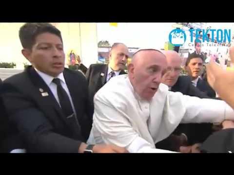 Papa Francisco en México: emoción de los jóvenes causa caida al papa