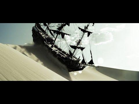 Команда добралась до берега. Джек Воробей на Черной Жемчужине плывет по песку. HD