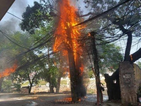 Clip: Cột điện cháy đùng đùng, nổ như pháo trên phố Hà Nội