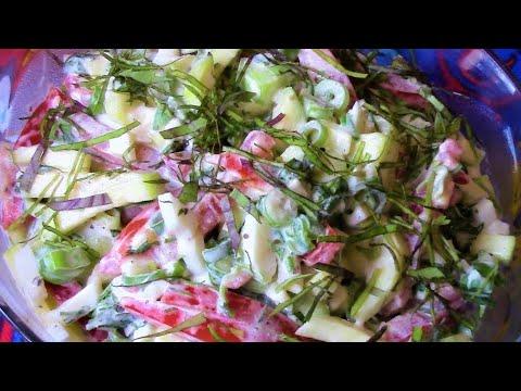 Очень вкусно ! Салат из свежих кабачков с томатами .