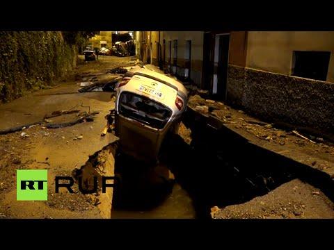 Escenas postapocalípticas: vehículos destrozados por las calles en el norte de Italia