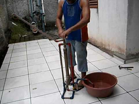 Bomba manual de pvc youtube for Bomba de agua manual