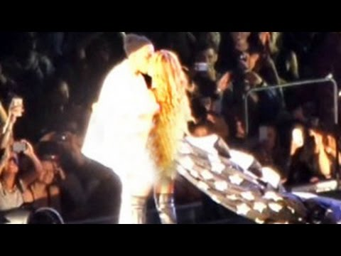 Beyonce and Jay Z On The Run Tour Concert Performance - Kissing and Singing Video
