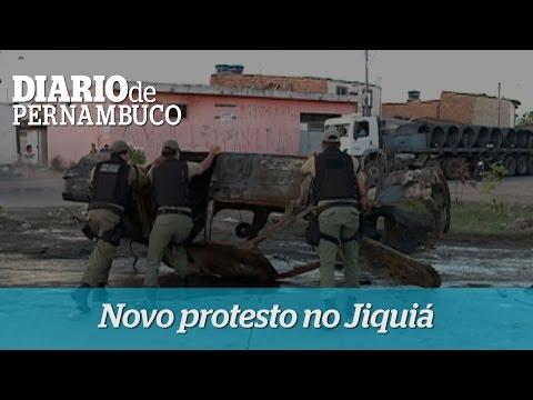 Moradores da comunidade Olga Ben�rio fazem novo protesto