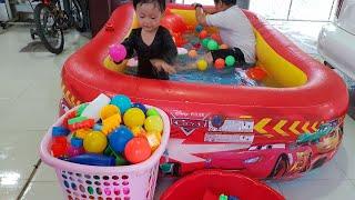 Tin và anh Hai rửa đồ chơi trong bể bơi tại nhà cho bé vui ghê!