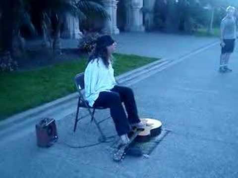 ギターを足で弾き語りする路上パフォーマーの男性に釘付け!