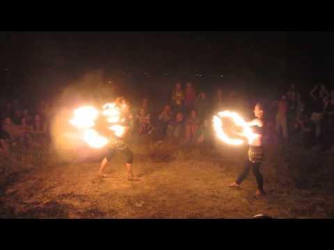 Фаер шоу выступление и танец девушек с огненными веерами
