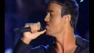 Клип Tom Jones - Fire ft. Enrique Iglesias (live)