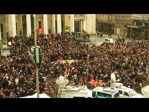 Brüksel'de binlerce kişi bir dakikalık saygı duruşuna katıldı