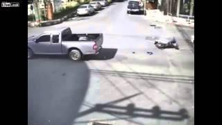 Liều mình vượt đèn đỏ, xe máy bị tông trực diện kinh hoàng