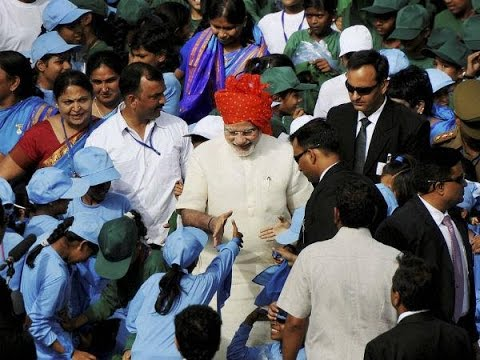 PM Sh. Narendra Modi breaks security to meet school children 15 Aug 2014