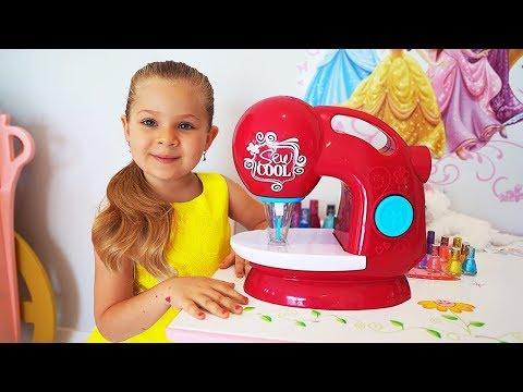 डायना खिलौने की सिलाई मशीन के साथ खेलती है