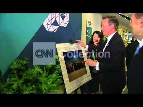 AUSTRALIA: G20 OBAMA SIGNS CLASS PHOTO