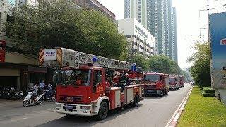 Xe tải giành đường với xe cứu hỏa, làm lính cứu hỏa bực mình - Truck blocked fire trucks