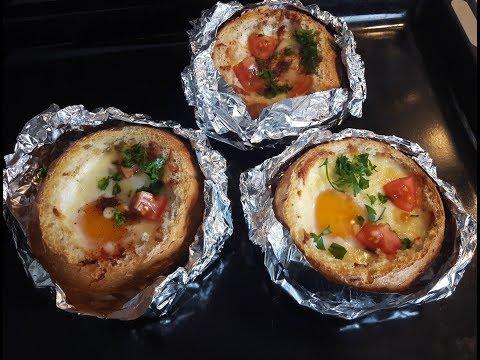 Яичница, запеченная в булочке с колбасой и сыром.
