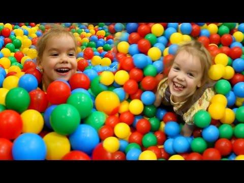 Детский развлекательный центр с горками и батутами Бассейн с шариками Играем в Лабиринте