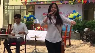 Nữ sinh hát y như Ca Sĩ - ôm TiVi