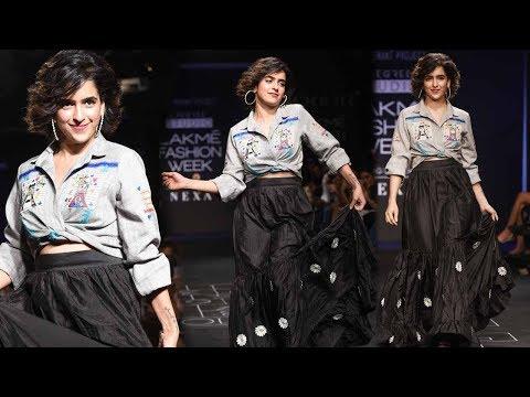 'Dangal' Actress Sanya Malhotra Walks At Lakme Fashion Week 2017 thumbnail