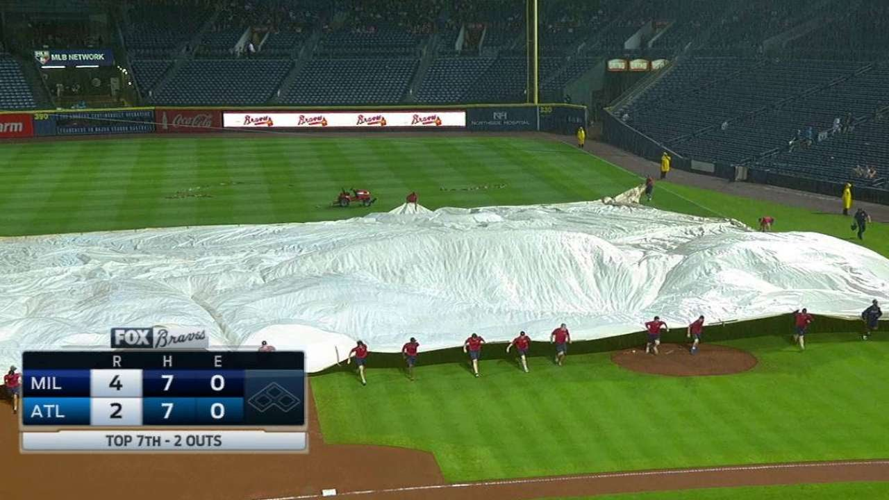 MIL@ATL: Grounds crew brings the tarp on to the field