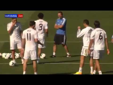 Gareth Bale humilla a Cristiano Ronaldo   Entrenamiento Real Madrid 13 09 2013